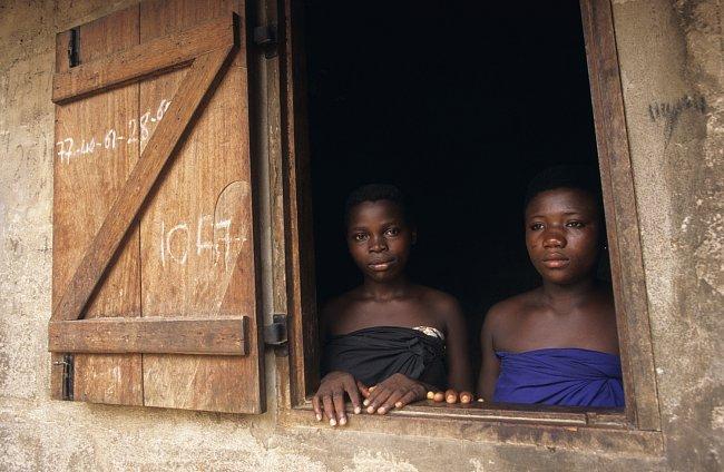 Mladé dívky, někdy i dvouleté, jsou rodinami vydávány knězům jako odplata za zločiny způsobené členy rodiny.
