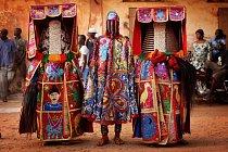 Tanečníci z nigerijského etnika Joruba představují svými kostýmy i tancem své mrtvé předky.