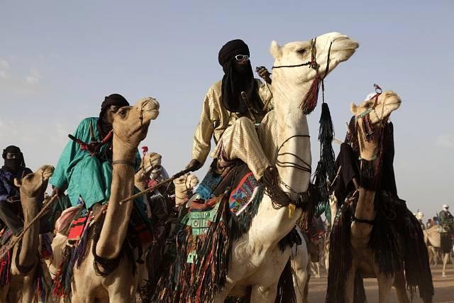 Nomádi v období deštů přivádějí dobytek do oblasti Ingalu, nedaleko od Agadezu, která je bohatá na sůl, a zároveň využívají této příležitosti ke společenskému vydovádění a případnímu seznámení.