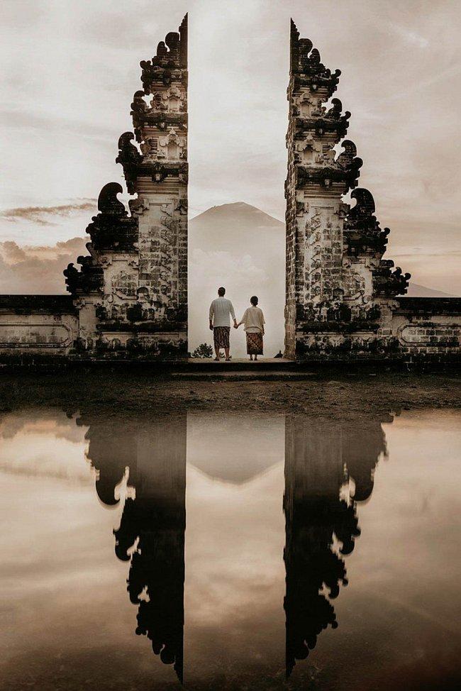 Začátek společné cesty s požehnáním starověkého chrámu Pura Lempuyang Luhur na východě Bali.