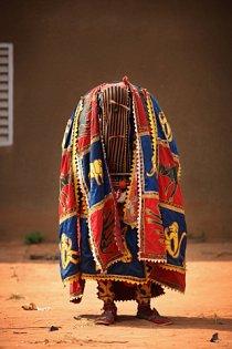 Převlečení tanečníci představují duchy zemřelých předků, kteří sestoupili na zem, aby pomáhali věřícím.