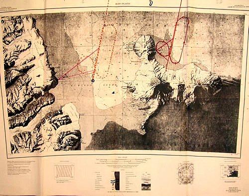 Mapa – vlevo trasa letu a místo, o kterém se posádka domnívala, že se nachází právě nad ním, vpravo skutečná trasa letu.