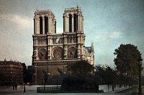 Na tvorbě průčelí se ve dvacátých letech 13. století podílelo více architektů. Symbolická výzdoba představuje různé aspekty křesťanské teologie.