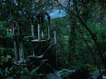 Když nečekaný mráz zničil sbírku orchidejí v jeho mexické usedlosti, vybudoval anglický excentrik Edward James zahradu Las Pozas s bizarními ztřeštěnostmi, jako je například Bambusový palác z betonu.