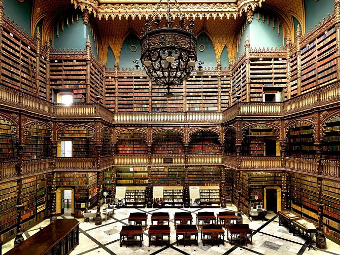 Portugalskou královskou knihovnu v brazilském Rio de Janeiru založila v roce 1837 skupina 43 portugalských politických uprchlíků na podporu své kultury. Díky tomu se dnes knihovna pyšní cennou sbírkou portugalských knih.