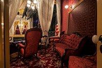 Restaurovaná lóže veFordově divadle, kde byl spáchán atentát naprezidenta. Přibližně tento pohled se naskytl Johnu Wilkesu Boothovi těsně předtím, než vystřelil zjednoranné kapesní pistole.