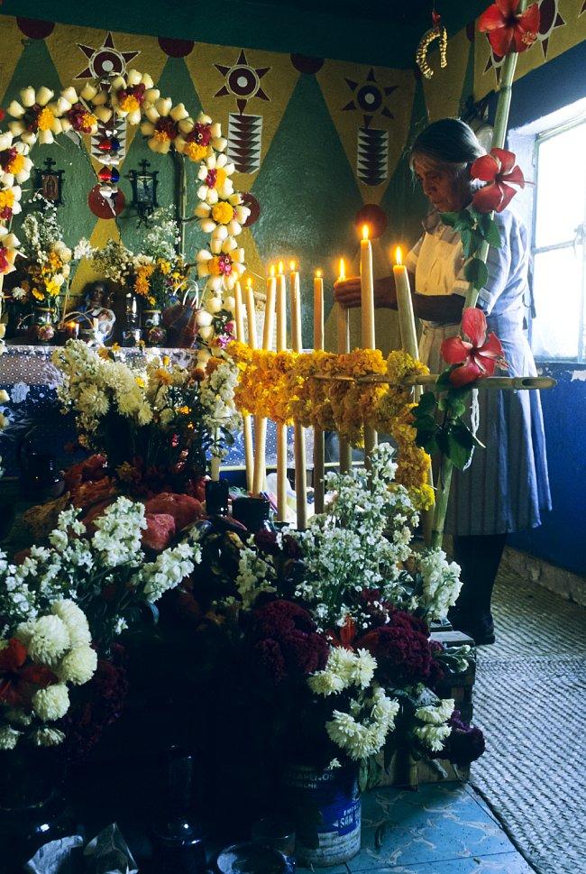 Přestože dnes je Día de los muertos katolický svátek, původ prý má ještě v předkoloniální době a říká se, že se datuje zpátky až 3 000 let.