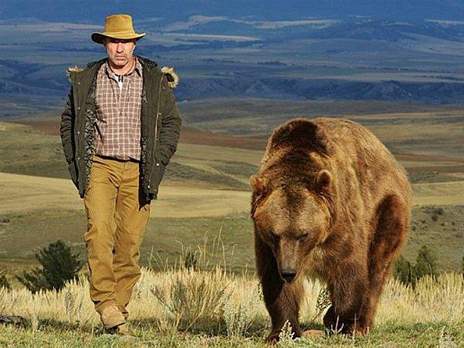 """""""Troufám si říci, že pro tu chvíli jsme se skamarádili. Nakonec jsem poprosil trenéra, že bych chtěl mít i fotku jak spolu s medvědem Adamem kráčíme bok po boku krajinou. Tato fotografie je pro mne jednou z nejkrásnějších vzpomínek na focení zvířat."""""""