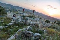 Mladíci propátrávají starořímské zříceniny varcheologické lokalitě Samaria-Sebaste naZápadním břehu Jordánu, která je zčásti pod izraelskou azčásti pod palestinskou kontrolou. Zantického města vybudovaného vpředkřesťanské době se dochovalo jen forum