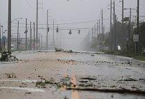 Na Floridě zůstaly statisíce domácností bez dodávky energie. Zrušilo se tisíce letů.