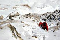 I několik desítek metrů pod vrcholem byl terén neustálé střídání ledu a skal.