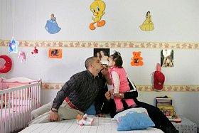 Španělská věznice Aranjuez umožňuje, aby odsouzení mohli zůstat se svým partnerem a dětmi. Postavičky z Disney pohádek, školka a hřiště mají dětem zabránit uvědomit si, že jeden z jejich rodičů si odpykává trest za mřížemi.