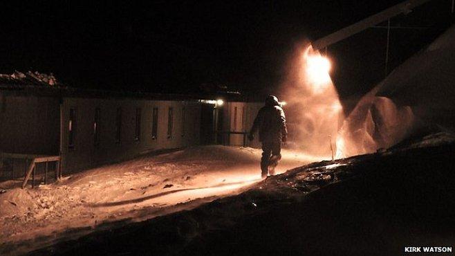 Horor v Antarktidě: krev a mrtvá těla na sněhu