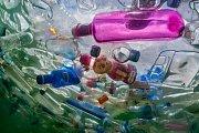 Plastové láhve zahltily Kašnu bohyně Kybelé v Madridu během výstavy, která upozorňovala na to, jak jednorázově použitelné plasty ovlivňují životní prostředí.