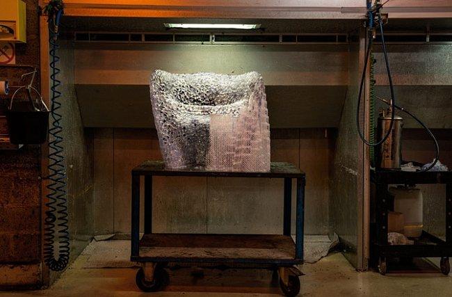Křeslo z jednoho kusu navržené tak, aby připomínalo porézní tkáň lidské kosti, bylo vytištěno z epoxidové pryskyřice