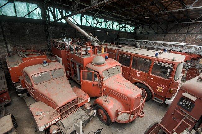 Na francouzském venkově marně čekají vyřazené hasičské vozy, že se pro ně najde místo v muzeum. Některé z nich jsou z počátku 20. století.