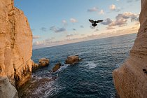 Pouť dovedla Paula Salopeka i k jeskyním v oblasti Roš ha-nikra na severu  Izraele, na hranici s Libanonem. Z pobřeží Středozemního moře zamíří severně  a pak východně do Eurasie, stejně jako první lidští cestovatelé.