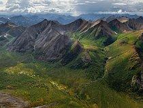 Povodí Peelu, divoké srdce Yukonského teritoria, oplývá drsnými horami akřivolakými řekami. Také ukrývá ohromné nerostné bohatství arozdmýchává bouřlivou debatu osvé budoucnosti.
