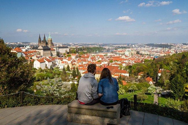 Do nejslavnějšího českého města jezdí čím dál více turistů.