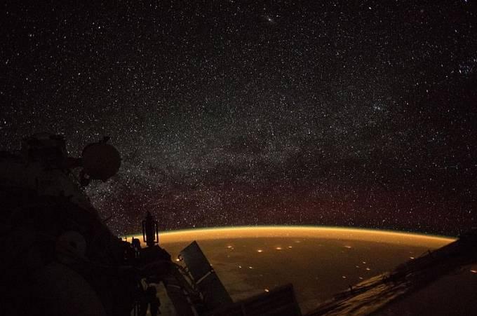 7. října 2018, kdy Mezinárodní vesmírná stanice obíhala 412 kilometrů nad Jižní Austrálií, zachytila palubní kamera tento nebeský pohled na zářící zemskou atmosféru s hvězdným pásem Mléčné dráhy v pozadí.