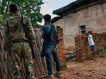 Bojovníci maoistické frakce TPC obcházejí vesnici vDžárkhandu ahledají bývalé spojence. Hnutí naksalitů se drolí kvůli svárům apodvodům při vybírání výpalného.