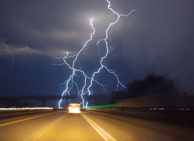 Pozdní léto je v této části země bouřkovou sezonou. Od roku 2006 se Samaras snaží dosáhnout nemožného: pořídit snímek blesku v okamžiku zrodu.