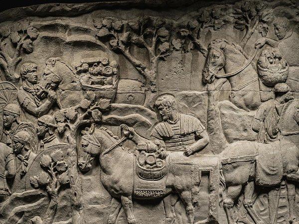 Tento výjev zobrazuje římské vojáky, jak po porážce dáckého krále Decebala nakládají kořist na soumary. Takovéto odlitky uchovávají zTraianova sloupu podrobnosti, jež narušilo znečištěné ovzduší.
