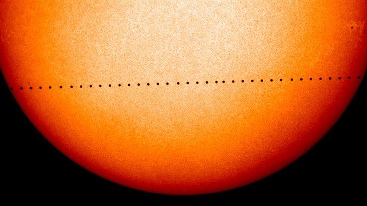 Dráha planety Merkur během jeho tranzitu.