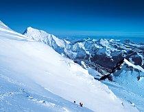 Napravo od nejvyšší hory světa se rozprostírá nekonečná náhorní plošina Tibetu.