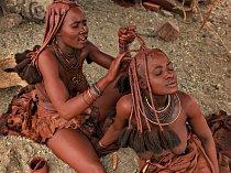Na břehu řeky vseverozápadní Namibii nanáší mladá žena zkmene Himba okr na vlasy druhé ženě. Okr je ceněný pro svůj teplý červený odstín a dnešní lidé jím zdobí své tělo se stejnou oblibou jako jejich pravěcí předkové.