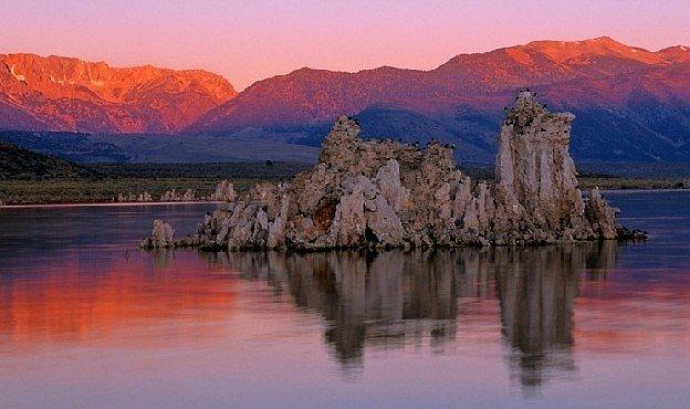Jezero plné soli a toxického arzénu kypí životem