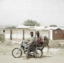 Nura Garuba s přítelem a jejich opicí, Abuja, Nigérie 2005