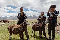 Kyrgyzští pastevci zbožňují své mobilní telefony, které získávají obchodováním a udržují nabité pomocí autobaterií a solárních článků.