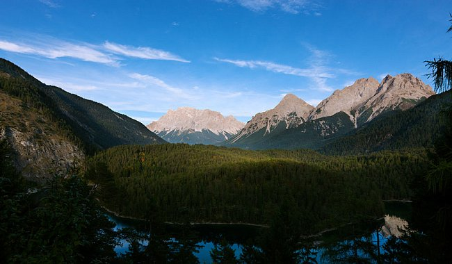 Dvacet pět metrů hluboké jezero Blindsee smasívem Zugspitze - jedno  znejfotografovanějších panoramat voblasti.