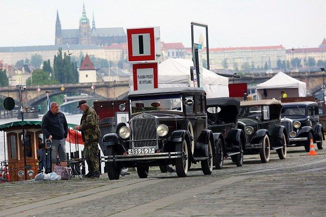 Na pražské náplavce jsou již připraveny historické vozy.