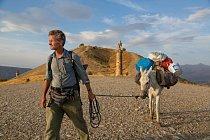 Ve východním Turecku vede Paul Salopek svou mulu kolem královského hrobu Karakuş, postaveného vprvním století př. n. l. jedním zmnoha vládnoucích států vtéto oblasti. Když Syřané začali 110 kilometrů jižně odtud proudit přes hranice.