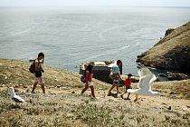 Mark Kostenchuk (9) se svou hostitelskou rodinou prozkoumává ostrov Berlengas. Bylo to poprvé, co se projel na lodi.