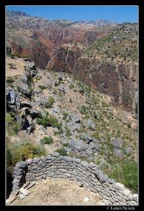 Wádí Dirhur shora a pohoří Haghier v pozadí