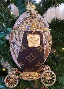 ...Je ozdobený cennými šperky ručně vyráběnými umělci z celého světa, i proto je jeho cena 11,9 milionú liber.