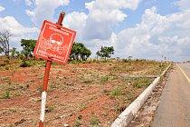 Rozsáhlá území jsou stále zaminovaná, což je problém zejména pro farmáře, kteří nemůžou využívat půdu. Právě zemědělstvím se tu živí naprostá většina obyvatelstva.