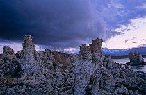 Když se přiženou bouřkové mraky, vypadá Mono Lake velmi tajemně, až mysticky