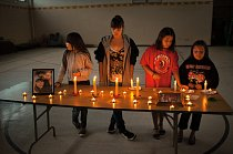 Dívky bdí při svíčkách, aby uctily památku patnáctileté Dusti Rose Jumping Eagle, která spáchala sebevraždu. Počet dobrovolných odchodů ze života mezi Oglaly v rezervaci více než třikrát převyšuje prů