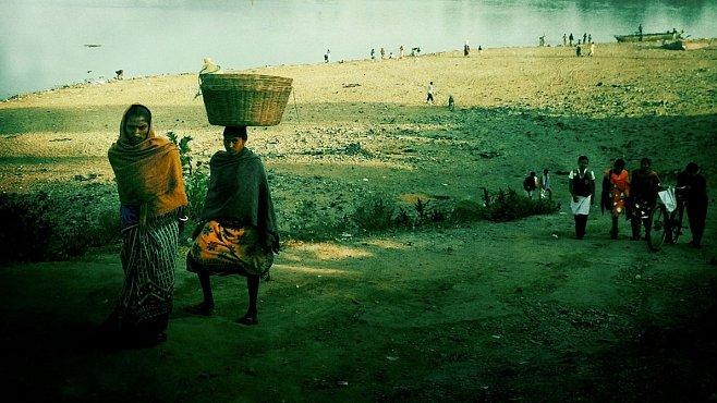 OBRAZEM: Santhalští domorodci kombinují sárí se žlutými přilbami