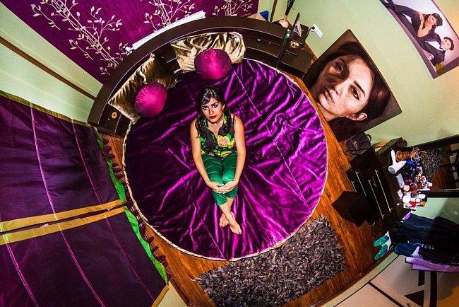 Elahe (29), malířka z iránského Teheránu, se stala součástí velkolepého projektu fotografa Johna Thackwraye.