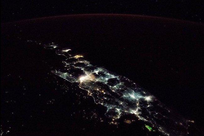 Na snímku z Mezinárodní vesmírné stanice vyčnívá indonéský ostrov Jáva z temnoty Indického oceánu jako blyštivý šperk. Jáva s více než 141 milionem obyvatel je geografickým a ekonomickým srdcem Indonésie a zároveň nejlidnatějším ostrovem světa.