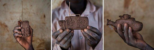 Jako ilustrace kreativity nejmladších obyvatel Bidi Bidi může posloužit také tenhle mobil, tranzistorové rádio a helikoptéra z hlíny.