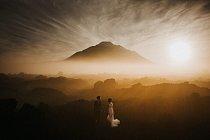 Důležitý krok na Kintamani, jedné z nejoblíbenějších turistických oblastí Bali. S dohledem aktivní sopky Mount Batur.