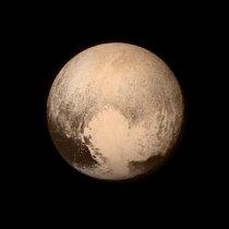"""Snímek z 13.7. 2015, je poslední, který sonda New Horizons odeslala před přeletem 14.7., kdy se zaměřuje na vědu místo na odesílání údajů. """"Srdce"""" ukazuje hladkou tvář, což naznačuje, že ji možná udržují čistou probíhající geologické procesy."""
