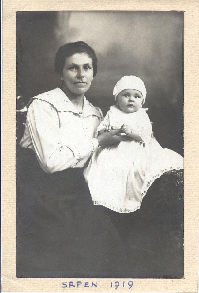 Maminka s prvorozeným synem. První fotografie. Rok 1919.