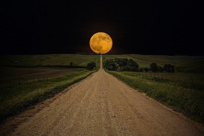 Nejlepší bude sledovat Měsíc při východu, kdy bude působit opticky větší.